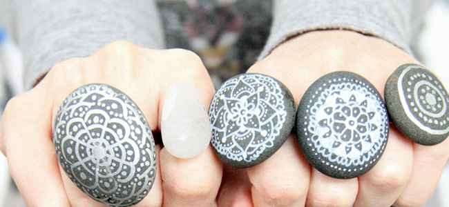 D.I.Y - Anéis de pedra pintadas à mão, do blog da Alisa Burke