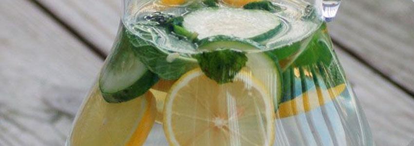 No Vida Organizada tem uma lista de benefícios da água com limão. Depois dessa não tem nem desculpa para não implementar na rotina né?